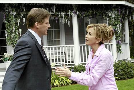 Lynette (Felicity Huffman) sisustaa illan jaksossa Tomin (Doug Savant) työhuonetta riitaisissa merkeissä.