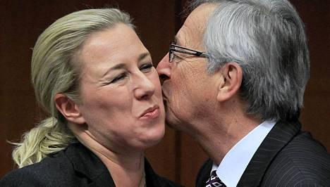 Valtiovarainministeri Jutta Urpilainen ja Luxemburgin pääministeri ja euroryhmän puheenjohtaja Jean-Claude Juncker tervehtivät toisiaan huippukokouksessa Brysselissä tiistaina. Euromaat kokoontuivat neuvottelemaan Kreikan tuen jatkosta. Läpi yön kestäneissä neuvotteluissa ei päästy yhteisymmärrykseen.