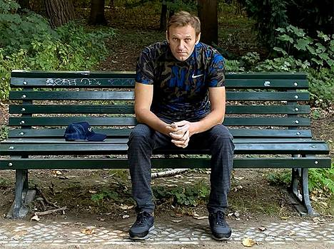 Aleksei Navalnyi julkaisi hiljattain kuvan, jossa hän istui puistonpenkillä Berliinissä.