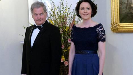 Tasavallan presidentti Sauli Niinistö ja rouva Jenni Haukio ottivat tyylikkäinä vastaan maahamme akkreditoitua diplomaattikuntaa Linnan kristallikruunujen säihkeessä.