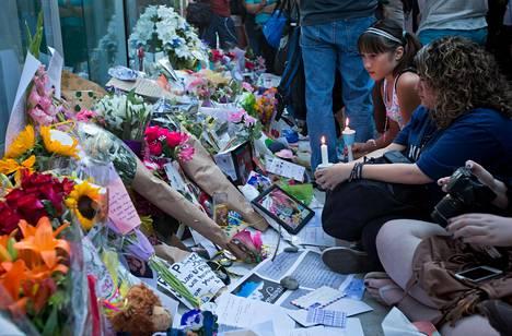 Fanit toivat kukkia Monteithin muistoksi vancouverilaisen hotellin eteen.