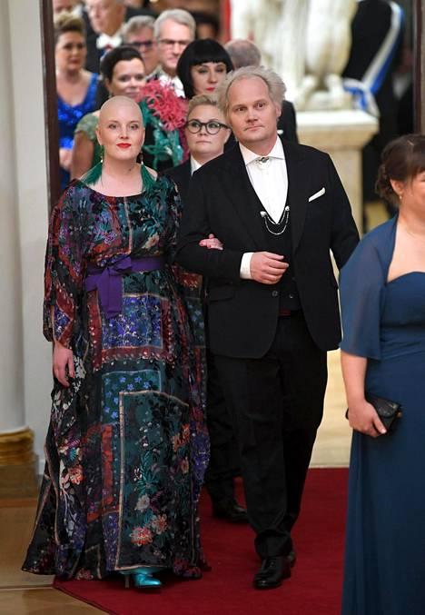Palkittu toimittaja Jani Halme vaimonsa Aliinan kanssa kättelyjonossa.