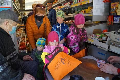 Nirolle, Hildalle, Aatulle ja Sinille käynti kauppa-autolla on oppia elämää varten. Tässä heitä opastaa kaupan kassalla lasten täti Kati Turunen.