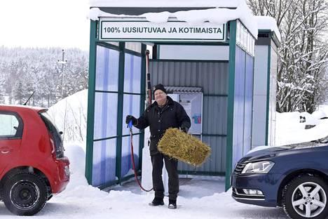 Maanviljelijä Erkki Kalmari Laukaasta on kehittänyt 15 vuotta hajautettua biokaasuntuotantoa. Konsepti on saatu toimimaan ja monistettua. Polttomoottorien kieltäminen tekisi tyhjäksi päästöttömän biokaasun hyödyntämisen. –Ihan järjetön ajatus, hän sanoo. Kädessä on heinäpaali, josta biokaasua syntyy.