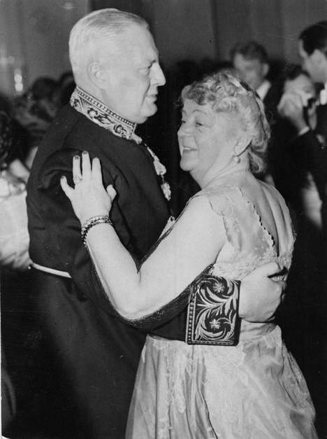 Alli Paasikivi toi boolin Linnan juhliin. Kuvassa Paasikiven kanssa Alankomaiden suurlähettiläs Willem van der Vlugt.