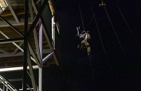 Naiset joutuivat todistamaan paineensietokykynsä hyppäämällä 13 metriä korkeasta laskuvarjohyppykoulutustornista.