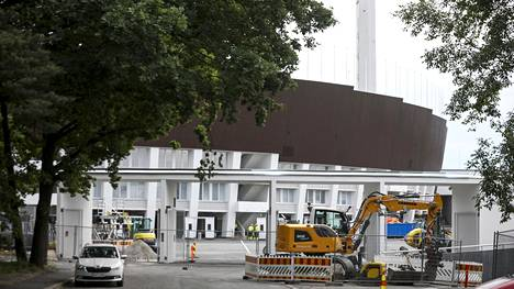 Helsingin Olympiastadion näyttää valmiilta, mutta sisätiloissa on vielä sähkötekniset työt kesken.