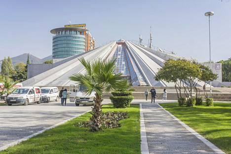 Pyramid on mainio esimerkki Albanian rönsyilevästä arkkitehtuurista. Arkkitehti Pranvera Hoxha suunnitteli sen isälleen diktaattori Enver Hoxhalle mausoleumiksi, mutta kommunismin kaaduttua rakennelmalle ei ole keksitty pysyvää käyttöä.
