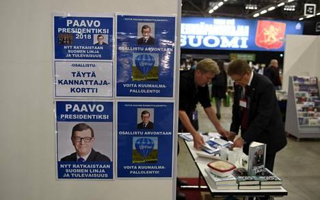 Paavo Väyrysen kannattajakortteja kerättiin kirjamessuilla Helsingissä lokakuun lopussa.