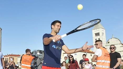 Novak Djokovic pomputteli palloa yleisön edessä viime viikolla Adria Tourin yhteydessä. Tiistaina Djokovic kertoi, että hänellä on todettu koronavirus.