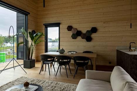 Puun oma pinta ei kaipaa maalia, vaan saa nyt näkyä kuten tässä Villa Nordic Storiesin oleskeluhuoneessa.