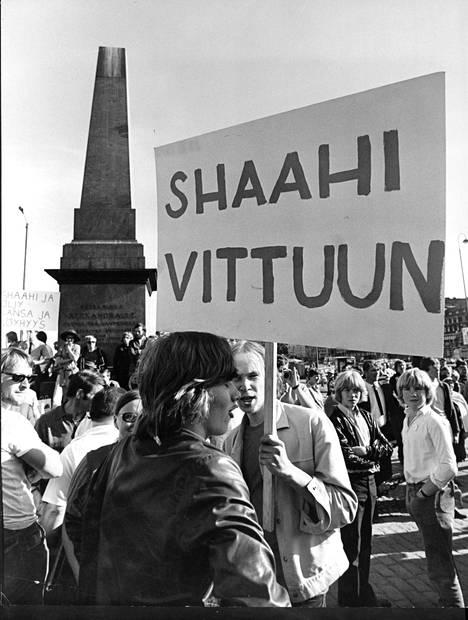 Kaikkia suomalaisia shaahiparin vierailu ei innostanut. Mielenosoittajat katsoivat, ettei Iranissa kunnioitettu ihmisoikeuksia, eikä maa ollut tasa-arvoinen.