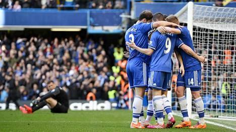 Wojciech Szczesny (vas. taka-alalla) seuraa murheellisena Chelsean pelaajien juhliessa 4-0-maalia.