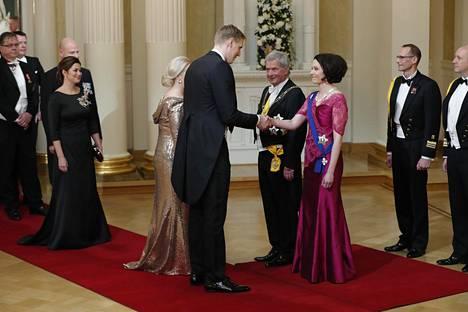 Marko Anttila kättelemässä presidenttiparia.