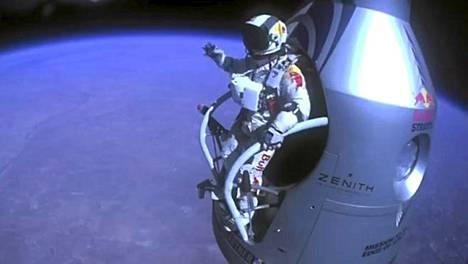 Felix Baumgartnerin poistuminen kapselista näkyi maailmalle 20 sekunnin viiveellä sunnuntaina.