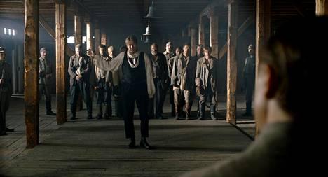 Työväenteatterin näyttelijä Toivo Parikka (Martti Suosalo) saa vankileirillä tuekseen koko entisen teatteriryhmänsä.