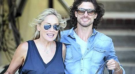 Sharon Stone ja Martin Mica vaikuttavat perin onnellisilta.
