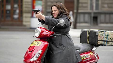 Melissa McCarthy pääsee vakoojakomediassa tositoimiin CIA:n agenttina.