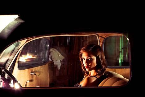 Jessica Alba näyttelee ilotyttö-Joyta elokuvassa Tappaja sisälläni.