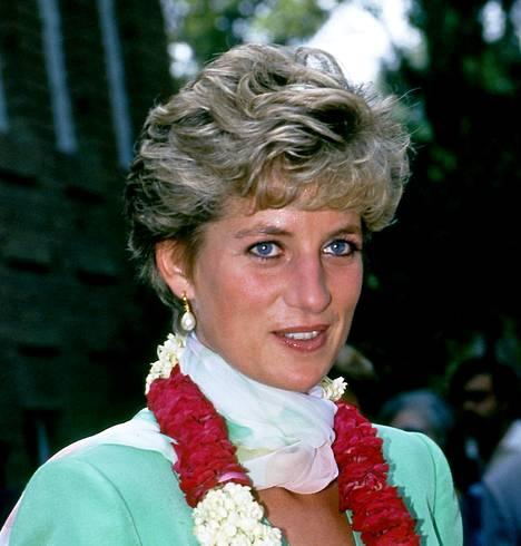 Prinsessa Dianan pörröinen otsatukka jos joku henkii 80-luvun hiusmuotia.