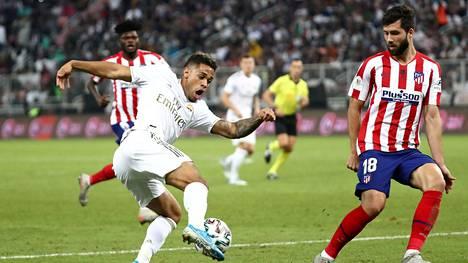 Mariano pallon kanssa Espanjan Super cupin loppuottelussa Atletico Madridia vastaan tammikuussa.
