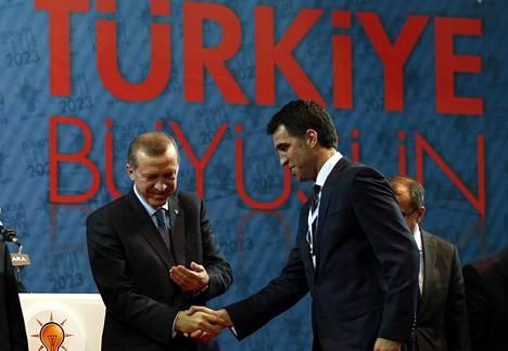 Recep Tayyip Erdogan (vas.) ja Hakan Sükür vuonna 2011.