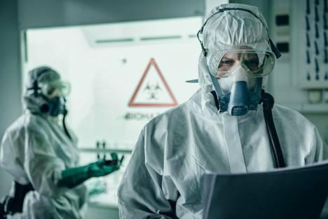 Kuvassa saksalainen näyttelijä Maximilian Brückner, joka näyttelee sarjassa virologi Thomas Lorenzia.