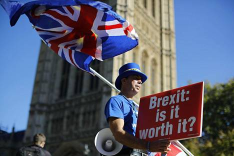 """""""Brexit: Onko tämä sen arvoista?"""" kysyi Britannian EU-eroa vastustava Steven Bray kyltissään maanantaina Lontoossa."""
