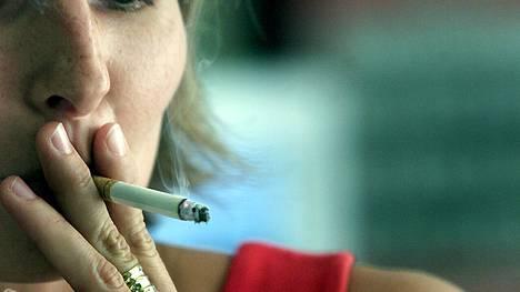 Äidiltä salaa tupakointi on monen naisen salaisuus.