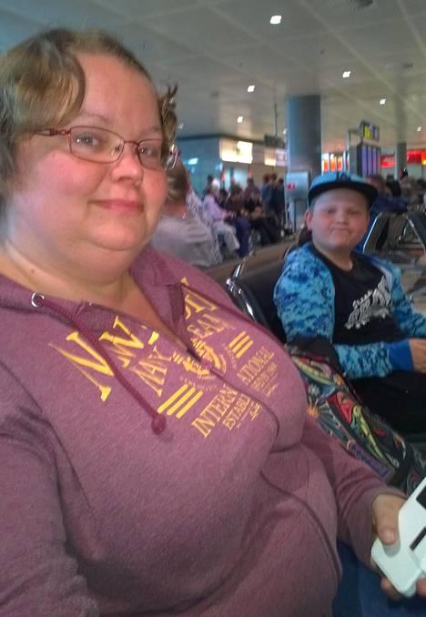 Katja ja Paavo Minkkinen olivat jumissa Alicanten lentokentällä Espanjassa.