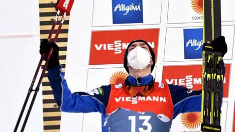 Ilkka Herola tuuletti MM-hopeaansa palkintokorokkeella.