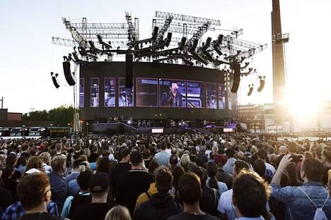 Yleisön katse nauliintui Suvilahdessa valtavaan lavarakennelmaan, jonka keskiössä oli jättimäinen näyttö.