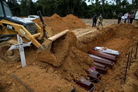 Esimerkiksi Brasiliassa koronakuolleisuus on kasvanut hallitsemattomasti, ja käyttöön on ollut pakko ottaa väliaikaisia hautapaikkoja.