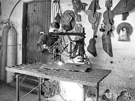 Normetin juuret ovat navettaan perustetussa konepajassa. Talvella 1966 teräslevyjä polttoleikattiin vielä happi-asetyleeniliekillä, plasma- ja vesisuihkuleikkurit olivat vielä suunnittelijoiden unelmissa.