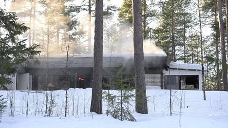 Tulipalon sammutustyöt jatkuvat iltapäivän ajan.