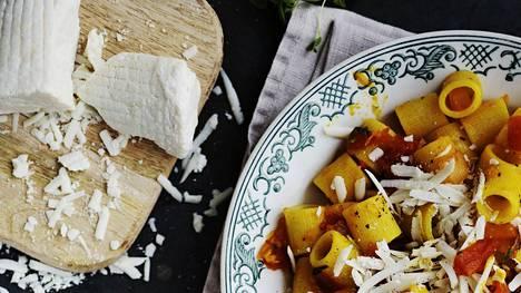 Riikka Sukulan pasta maustetaan sahramilla ja inkiväärillä. Annos viimeistellään pecorinojuustolla.