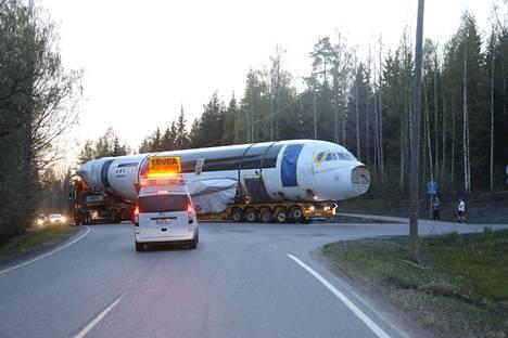 Airbus A319 -koneen runko siirrettiin maantiekuljetuksena kierrätysyhtiö Kuusakoskelle.