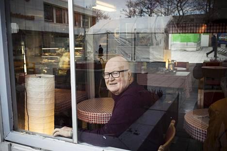 """Kahvilan ohella 78-vuotias Olli Juvonen soittaa Nitro-trion kanssa eri palvelutaloissa vanhaa tanssimusiikkia.""""Nitro-iässähän tässä ollaan."""""""