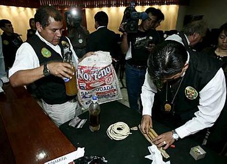 Poliisi esitteli Limassa kahta pulloa, joissa sanottiin olevan ihmisrasvaa. Lisäksi jengin hallusta löytyi mm. dynamiittia.
