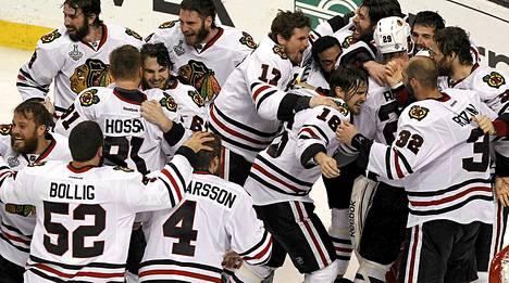 Chicagon pelaajat päästivät tunteet valloilleen voiton jälkeen.