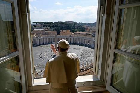 Vatikaani.  Paavi Franciscus lähetti perinteisen rukous- ja siunaushetkensä videon välityksellä Vatikaanista.