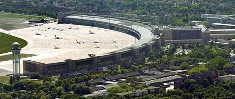 Hitlerin on arvailtu paenneen Tempelhofin lentokentältä ulkomaille.