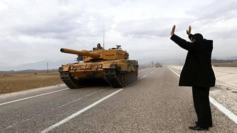 Mies heiluttaa turkkilaissotilaille lähellä Syyrian ja Turkin välistä rajaa 21. tammikuuta 2018.
