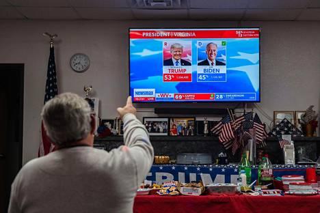 Arizonalaismies seurasi vaaliyön ääntenlaskua republikaanien paikallisessa päämajassa Sierra Vistassa.