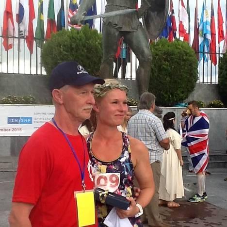 Valmentaja Seppo Leinonen odotti maalissa suojattiaan Noora Honkalaa myös tämän vuoden Spartathlon-kilpailussa.