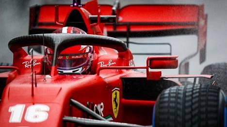 Charles Leclerc aiheutti molempien Ferrarien keskeyttämisen.