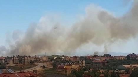 Metsäpalo roihuaa aivan Antalyan kaupungin vieressä.