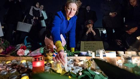 Ihmiset sytyttivät kynttilöitä Lontoossa järjestetyssä muistotilaisuudessa torstai-iltana.