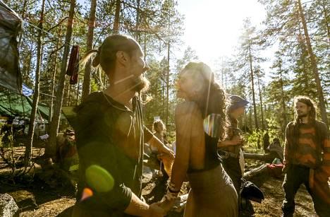 Helsinkiläinen Eero Heino ja espanjalainen Pilar pistivät tanssiksi Rainbow-leirin nuotiolla Riuttaskorven virkistysmetsässä Ylöjärvellä.