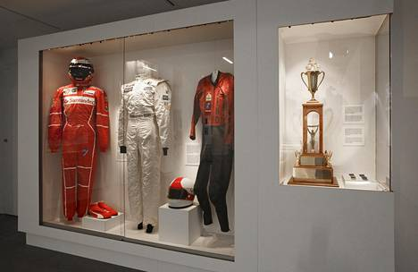 Motoristilegenda Jarno Saarisen nahkaiset ajohaalarit (oik.) MM-vuodelta 1972 ovat kunniapaikalla F1-maailmanmestareiden Kimi Räikkösen ja Mika Häkkisen asujen rinnalla.